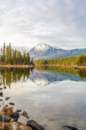 Poster Lac / Etang Majestic mountain lake in Canada.