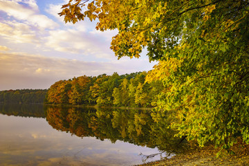 Jesienny wieczór nad jeziorem
