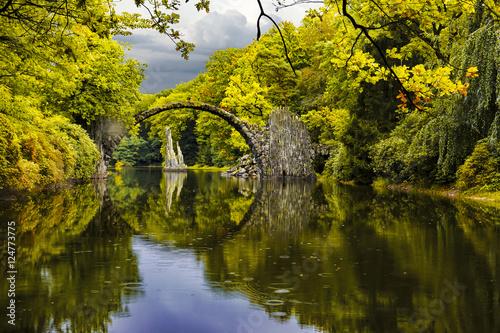 Diabelski most w parku Kromlau w jesiennej szacie
