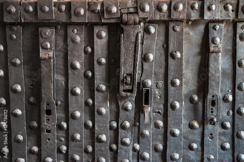 Photo  particolare di un antico forziere medievale
