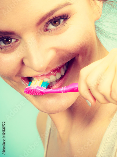Foto op Plexiglas Beauty Woman brushing cleaning teeth