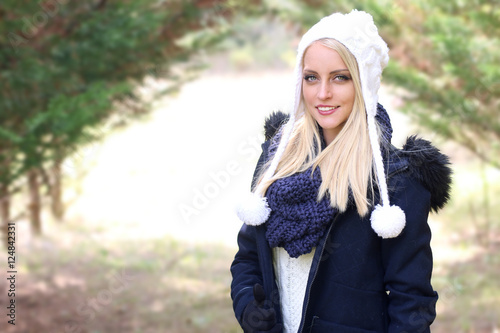 Fille Blonde Belle belle fille blonde portant une tenue d' hiver - buy this stock photo