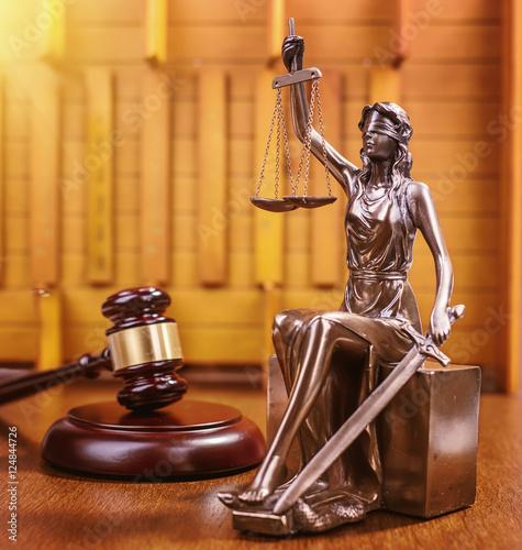 drewniany-mlotek-sedziego-i-statua-sprawiedliwosci