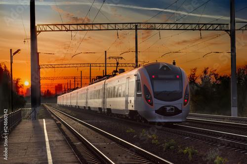 Zdjęcie XXL Pasażerski pociąg międzymiastowy w mieście na zmierzchu tle