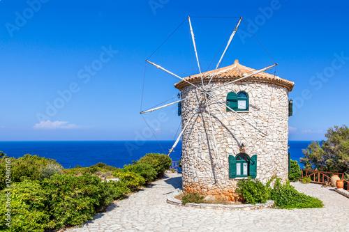 Obraz Tradycyjny wiatrak, wyspa Zakynthos, Grecja - fototapety do salonu