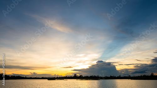 La pose en embrasure Coucher sunset on the lake landscape