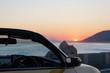 オープンカー 夕日 水平線