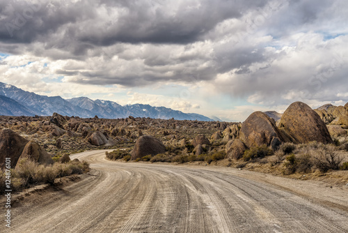 Obraz na plátně  Dirt road into Alabama Hills in California, USA