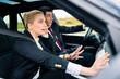 Paar im Auto in gefährlicher Situation