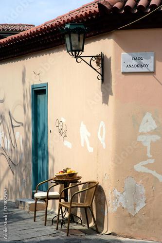 Foto auf AluDibond Gezeichnet Straßenkaffee chairs door n lamp-post