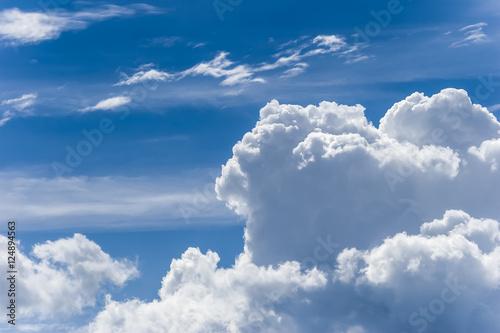 Widok z okna samolotu na niebo i chmury
