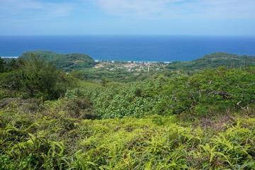 Pogled s visine na otok Rurutu s primorskim selom Auti, južni Tihi ocean, australski arhipelag, Francuska Polinezija