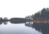 Odbicie. Obraz odblaskowej wody podczas jesiennego dnia. Obraz ma efekt vintage. - 124917103