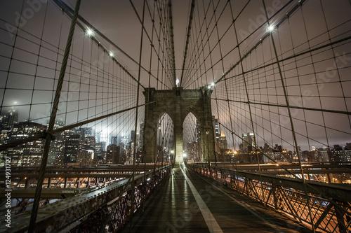 most-brooklynski-podczas-mglowej-nocy-w-nowy-jork