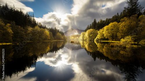Schottische Seelandschaft mit Spiegelung des Himmels