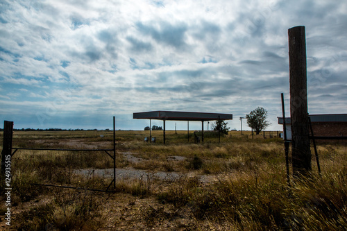 Spoed Foto op Canvas Grijze traf. Abandoned Gas Station In New Mexico