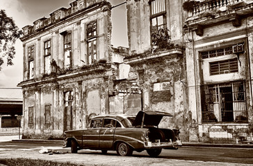 Fototapeta Miasta Sepia toned image of old classic car on Havana street