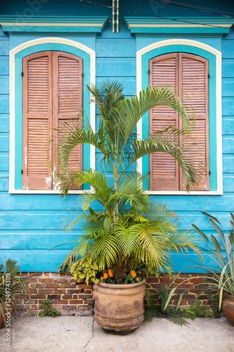 kolorowy-blekitny-i-rozowy-drewniany-domowy-szczegol-klasyczny-nowy-orlean