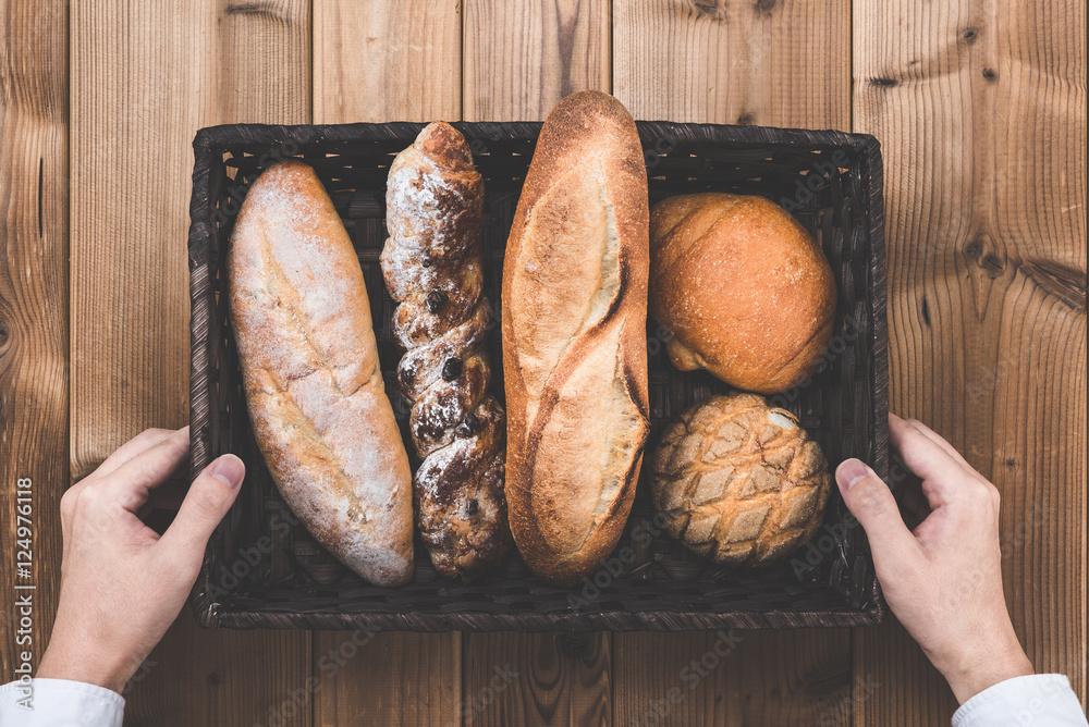 バスケットに入っているたくさんのパン