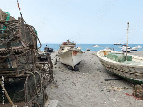 Deurstickers Nasa embarcaciones atracadas en la playa