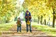 lachende Kinder werfen bunte Blätter im Herbst