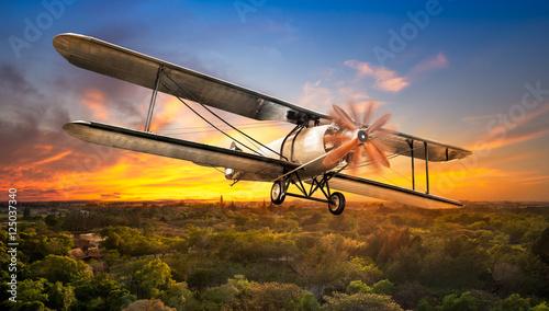 klasyczny-samolot-nad-wiejska-sceneria