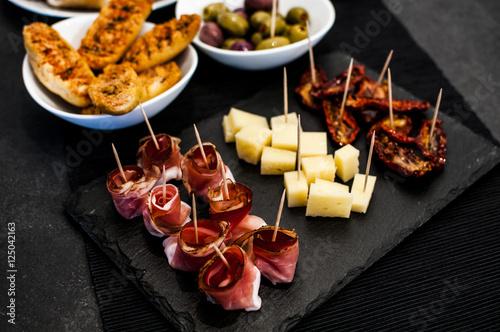 Foto aperitivo a buffet con assaggi di speck e formaggio