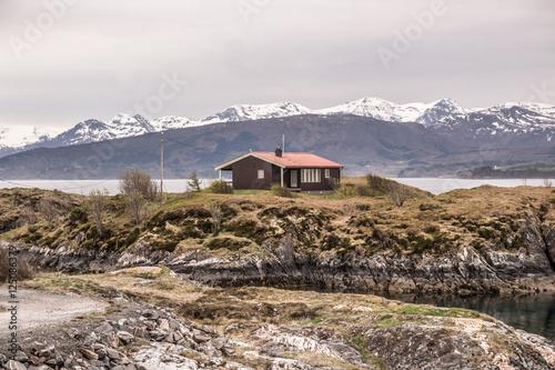 Staande foto Scandinavië Одинокий дом на скале в Норвегии