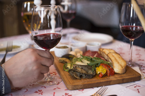 Spoed Foto op Canvas Voorgerecht овощная закуска и вино