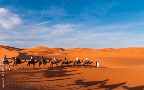 Staande foto Marokko Karawane in den Dünen der Sahara bei Merzouga (Erg Chebbi); Marokko