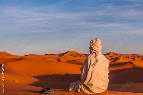 Foto op Aluminium Marokko Berber in der Sahara bei Sonnenuntergang; Marokko