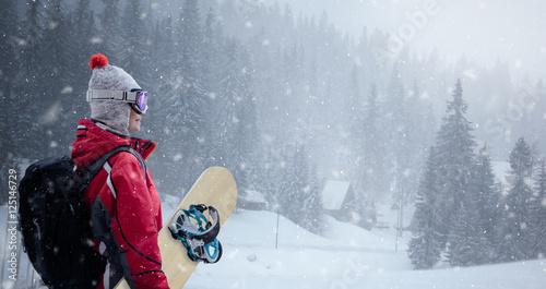kobieta-w-kolorze-narciarskim-na-zimowym-tle