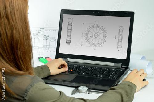 Photo  Laptop mit Person und Zeichnung