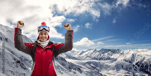 Montage in der Fensternische Wintersport woman in ski suit enjoying in winter holiday