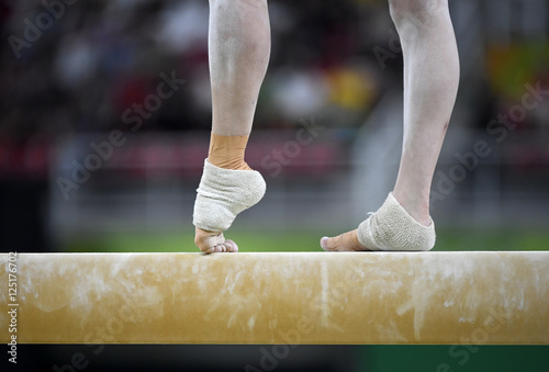 In de dag Gymnastiek Female gymnast on balance beam during competition