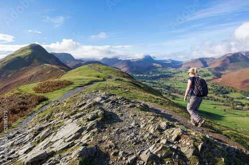 A woman walking up to Cat Bells, a peak in the Derwent Fells near Keswick in the Fototapet