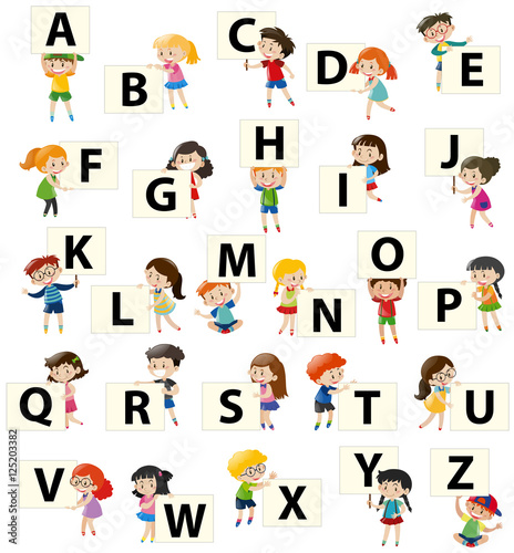 dzieci-trzymajace-literki-alfabetu-na-bialym-tle