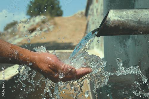 Fotografía  çeşme su oluğu & doğal su içmek