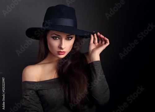 Photo  Elegant makeup woman in fashion hat posing on dark shadow backgr