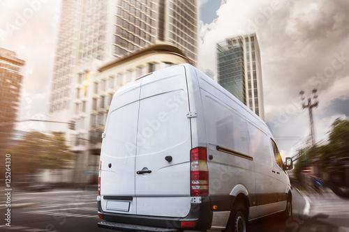Cuadros en Lienzo Lieferwagen fährt durch eine Stadt