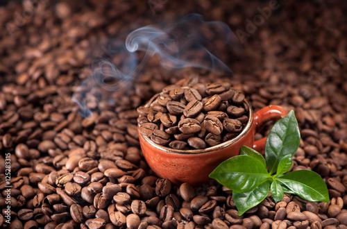 fasola-palona-kawa-i-liscie-kawowy-tlo