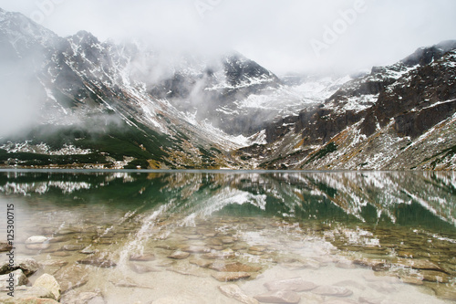 Photo  black lake in Tatry mountains, Poland - a remarkable reflection in water