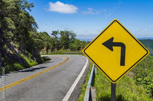 Placa de sinalização de trânsito indicando curvas perigosas
