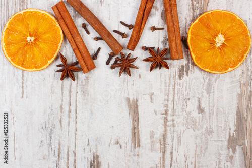 wysuszona-pomarancze-z-pikantnosc-na-starym-drewnianym-tle-boze-narodzenie-dekoracja