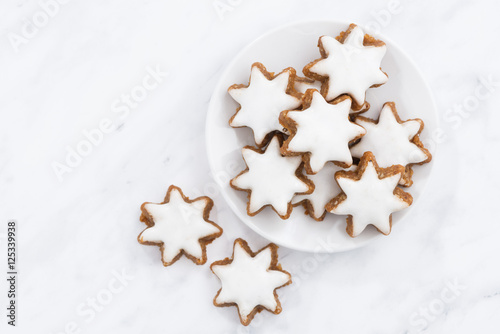 Tuinposter Koekjes Christmas cookies stars on a white background, closeup, top view