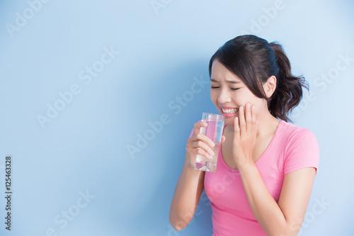 Fotografia  woman with sensitive teeth
