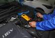 Mecánico comprobando la bateria del coche