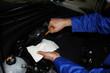 Mecánico revisando el nivel de aceite del coche