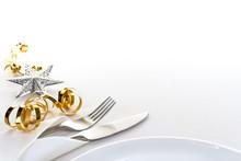 Besteck In Serviette Gehüllt Und Teller Mit Weihnachtsgeschenkband Vor Hellem Hintergrund