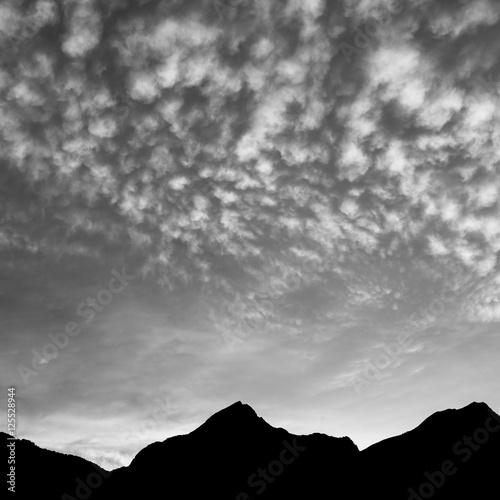 Zdjęcie XXL Cichy wieczór. Chmury nad górami. Po zachodzie słońca w czerni i bieli